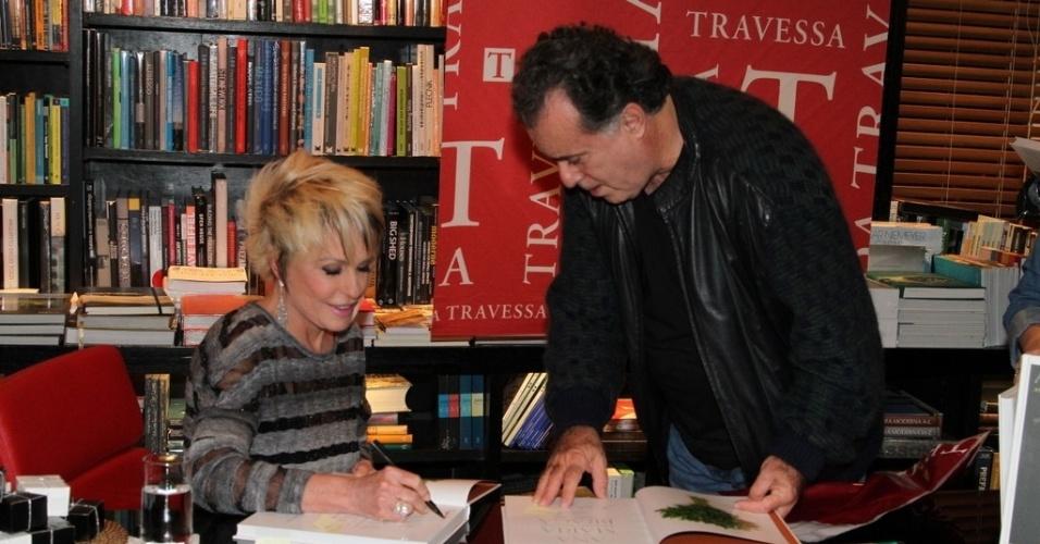 """5.ago.2014 - Tony Ramos prestigiou a noite de autógrafos do livro """"101 Melhores Receitas Brasileiras"""", de Ana Maria Braga, no Rio"""