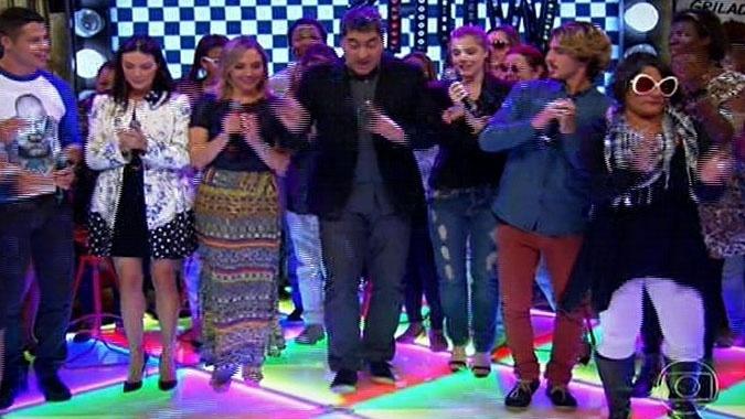 5.ago.2014 - Zeca Camargo dança ao som de músicas Anos 70