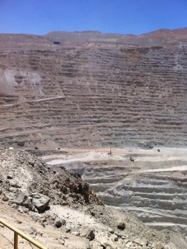 A Mina de Chuquicamata impressiona muito quando, da área de observação, o turista se dá conta de que as ?formiguinhas? andando lá no centro do buraco são na verdade caminhões imensos fazendo o transporte do material