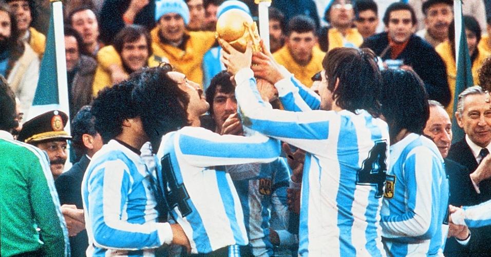 A seleção argentina ergue troféu pela vitória da Copa do Mundo de 1978