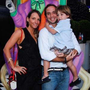 Caio Ribeiro com a mulher Renata Leite e o filho João na festa de Vittorio, filho de Adriane Galisteu