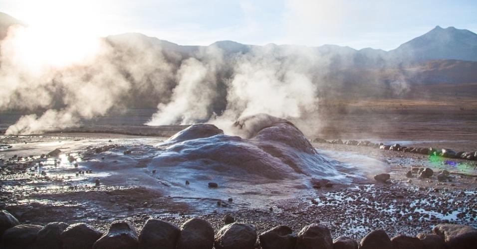 É necessário sair bem cedo para visitar os Gêiseres del Tatio, na região do deserto do Atacama, no Chile. A maior parte dos passeios inclui um rápido café da manhã, ainda no local