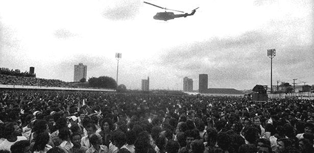 Helicóptero da polícia sobrevoa assembleia de metalúrgicos no ABC, em 1980 - João Bittar/Reuters