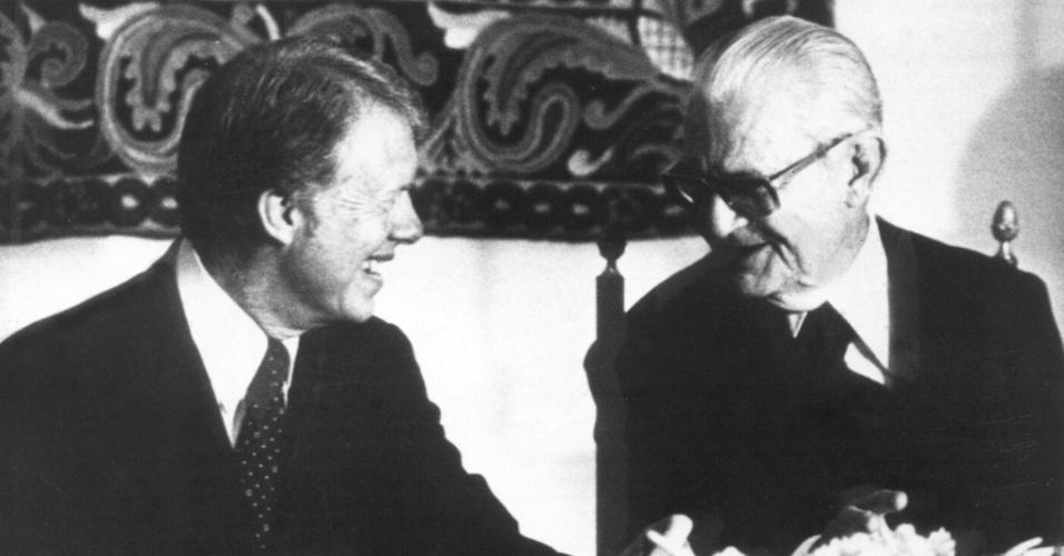 O presidente norte-americano Jimmy Carter (à esq.) conversa com o presidente Ernesto Geisel durante jantar no Palácio da Alvorada, em Brasília (DF)