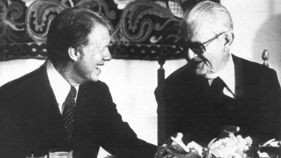O presidente norte-americano Jimmy Carter (à esq.) conversa com o presidente Ernesto Geisel durante jantar no Palácio da Alvorada, em Brasília (DF) - Folhapress