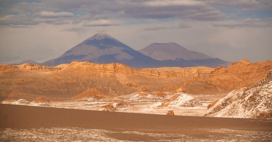 Os vulcões Licancabur e Lasco fazem parte do cenário em passeios pelo deserto do Atacama, no Chile