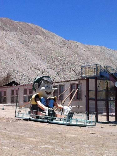 Parquinho de diversões para os filhos dos funcionários da Mina de Chuquicamata, a maior mina de extração de cobre a céu aberto do mundo; hoje o lugar se tornou uma cidade-fantasma
