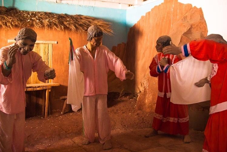 Peças retratando as festas religiosas do vilarejo de Caspana, no Chile, fazem parte do pequeno museu local