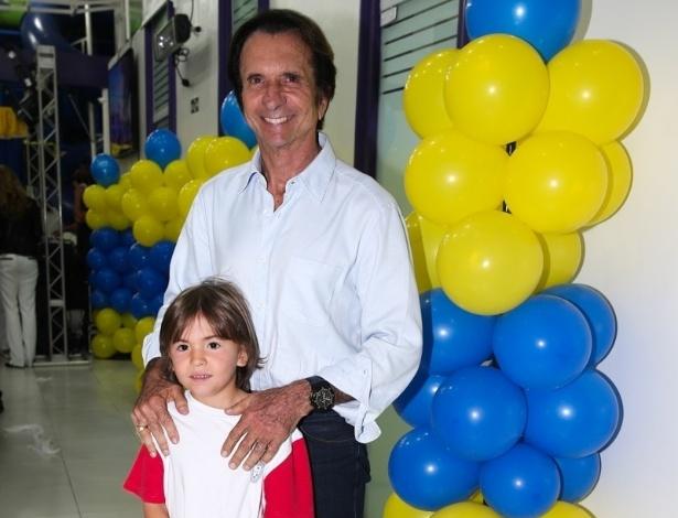 06.ago.2014- Emerson Fitipaldi posa com o filho no aniversário de Pietro Mesquita em São Paulo