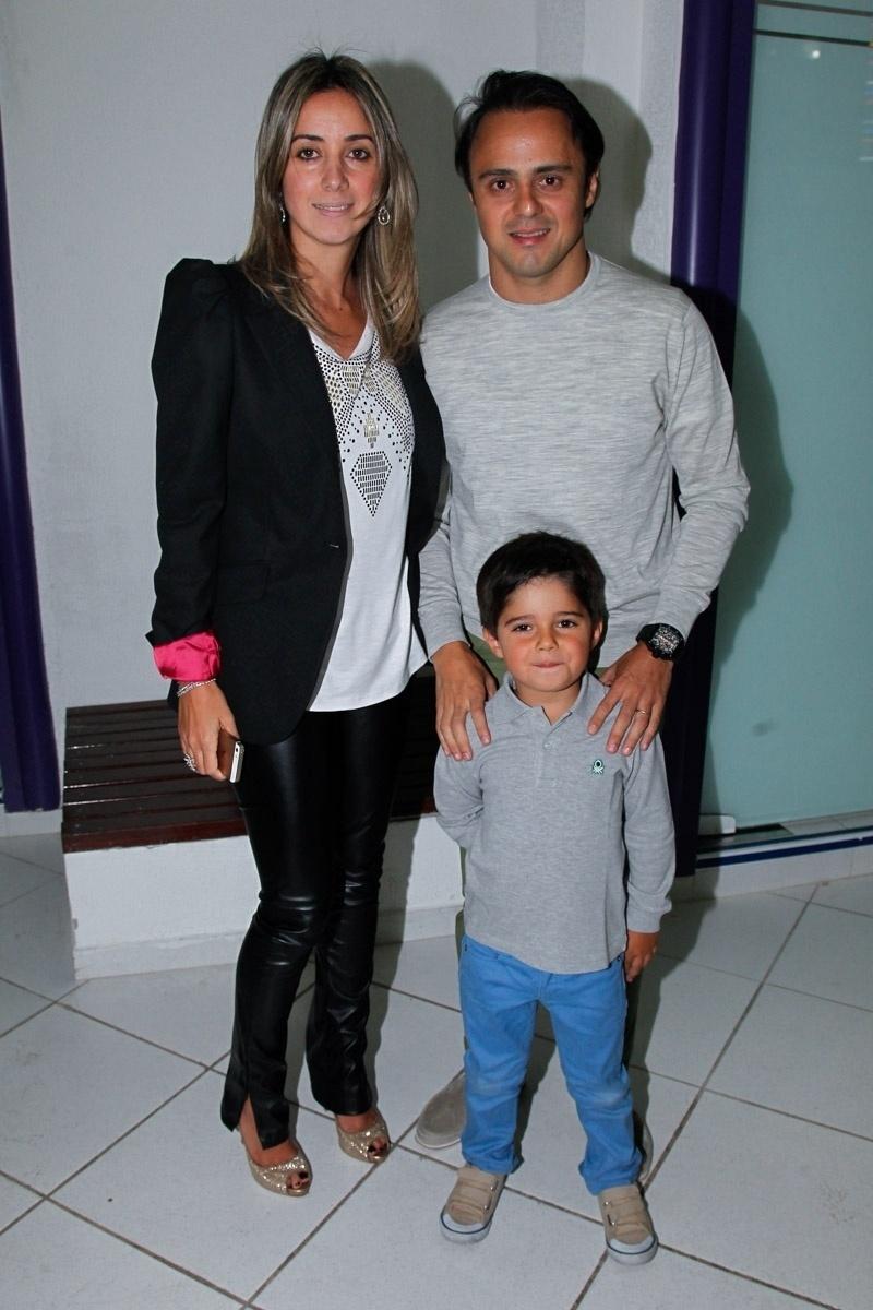 06.ago.2014- Felipe Massa se reúne com a família em um buffet infantil em São Paulo para comemorar o aniversário de Pietro Mesquita