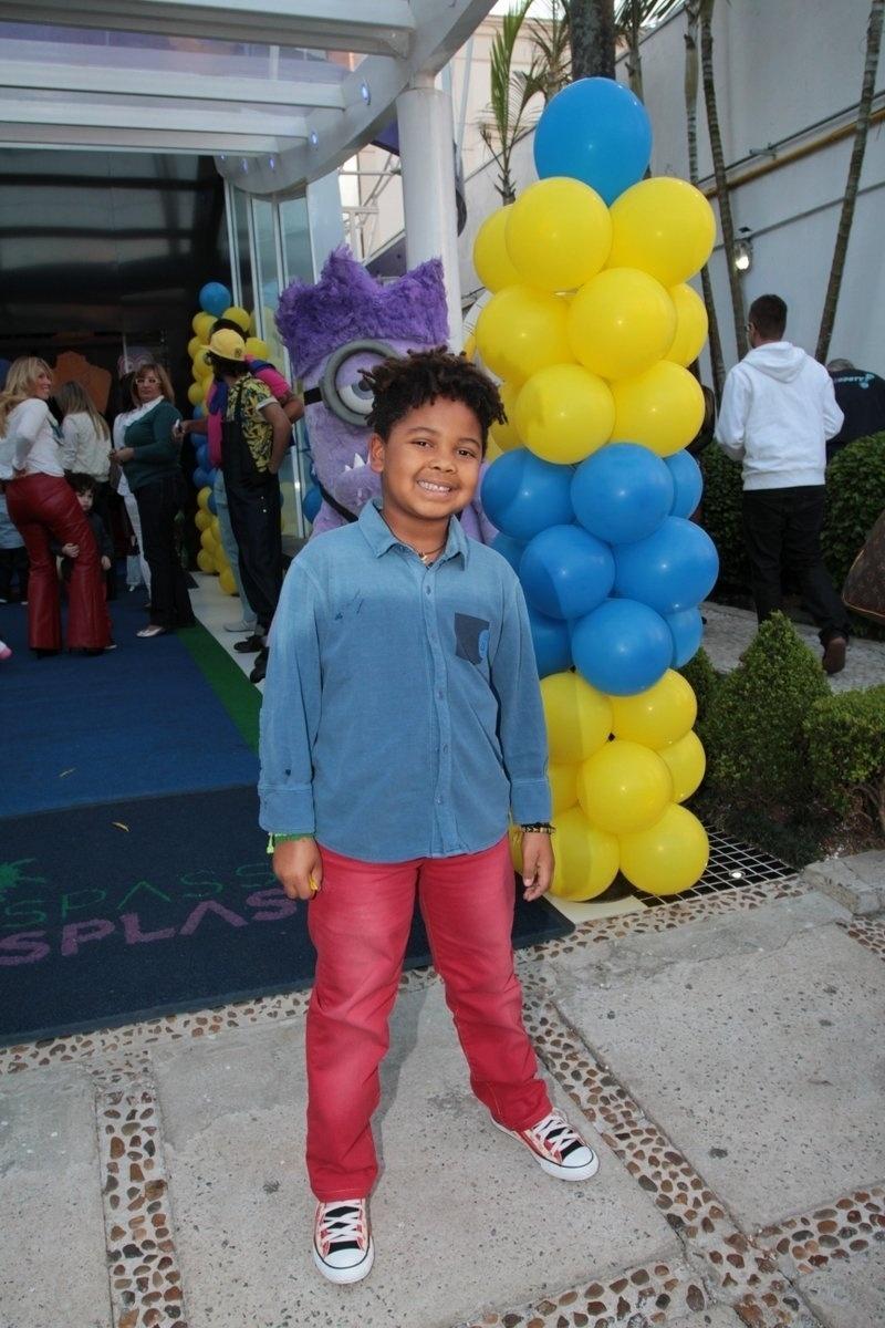 06.ago.2014- Gabriel, filho de Astrid Fontenelle chega para se divertir na festa de Pietro Mesquita em São Paulo