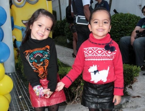 06.ago.2014- Isabella e Helena,  filhas Luciano Camargo, posam sorridentes e de mãos dadas na festa de Pietro Mesquita em São Paulo