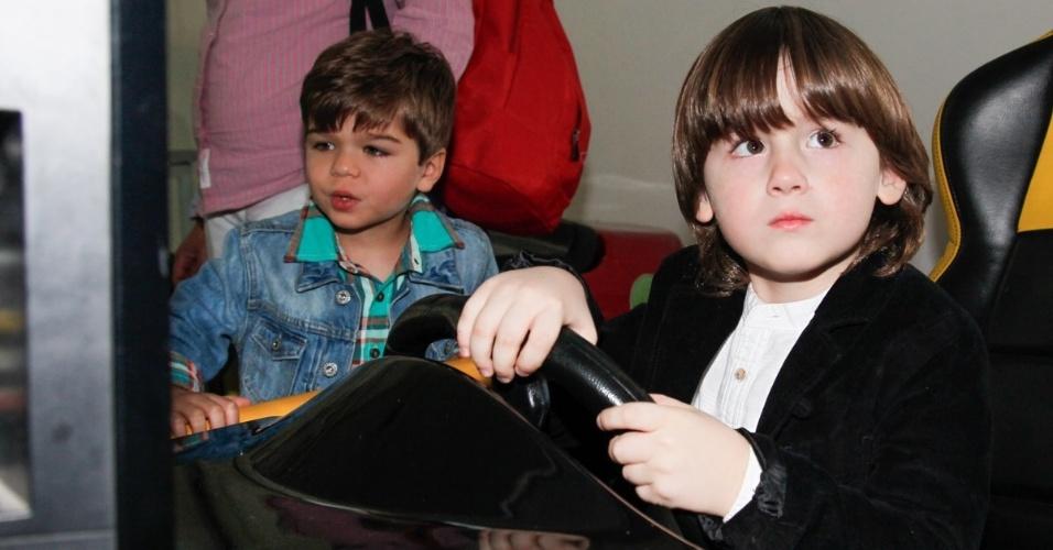06.ago.2014- Lorenzo Carvalho, filho de Luciana Gimenez e Marcelo Carvalho se diverte ao lado de Pietro Mesquita, aniversariante do dia em um buffet infantil de São Paulo