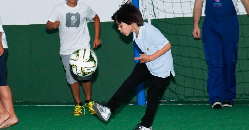 06.ago.2014- Luca, filho de Kaká e Carol Celico, mostra habilidade com a bola durante a festa de Pietro Mesquita em São Paulo
