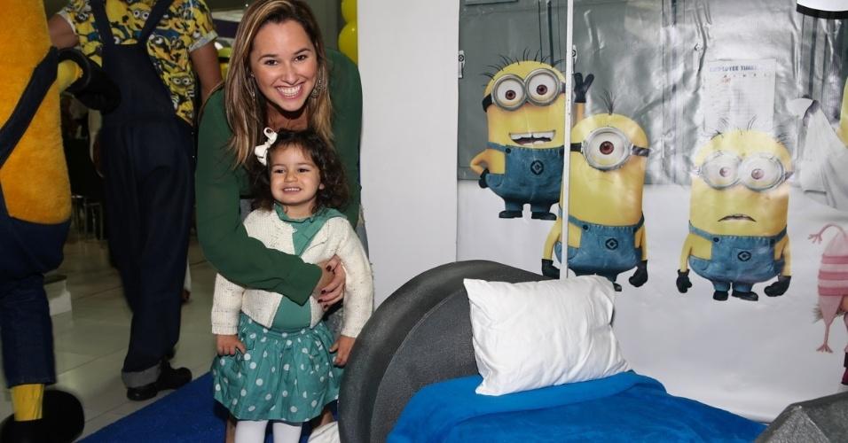 06.ago.2014- Mariana Belém e a filha Laura prestigiam a festa de Pietro Mesquita em São Paulo