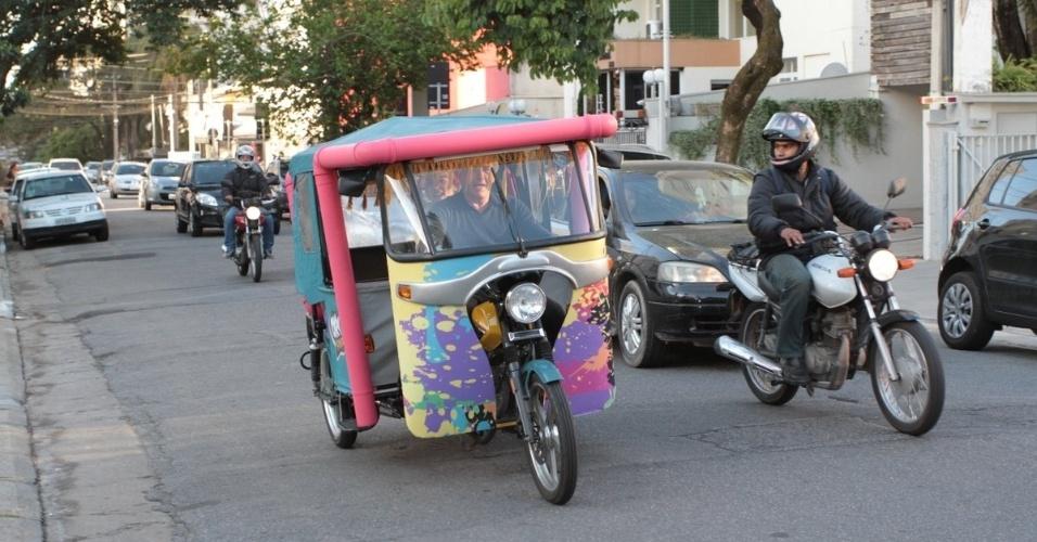 06.ago.2014- Otávio Mesquita chega de tuk tuk, um triciclo motorizado, ao aniversário do filho Pietro em São Paulo