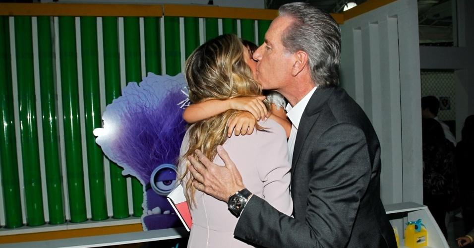 06.ago.2014- Roberto Justus cumprimenta a ex-mulher com um beijo no rosto na festa do filho de Otávio Mesquita, em São Paulo