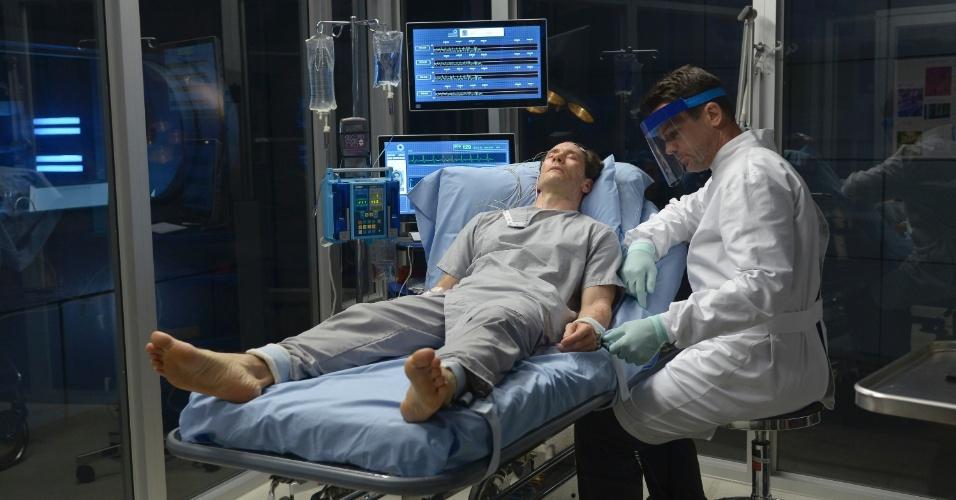 """6.ago.2014 - Em """"Helix"""", Dr. Peter Farragut (Neil Napier) (deitado) e Dr. Alan Farragut (Billy Campbell) tentam descobrir a origem de um misterioso vírus que pode causar a aniquilação da humanidade"""