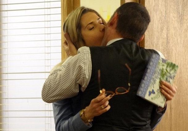 6.ago.2014 - Fernando e Gilda se beijam e revelam caso extraconjugal