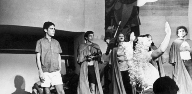 """Chico Buarque nos ensaios da peça """"Roda Viva"""", em 1968 - Reprodução"""