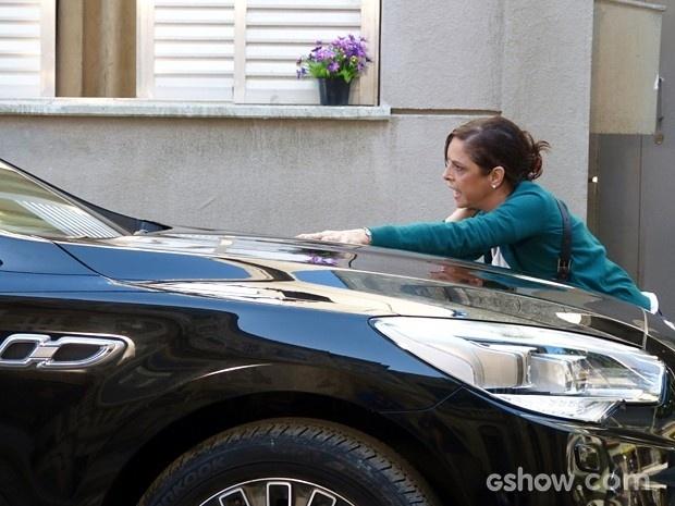 Cora se joga na frente do carro de Zé Alfredo e é atropelada