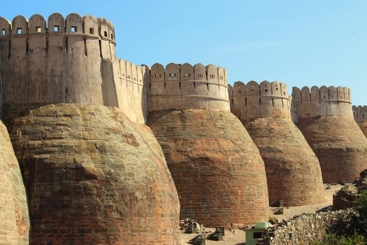 Kumbhalgarh - Índia: Este monumento é a segunda maior muralha da Ásia, ficando atrás somente da Muralha da China