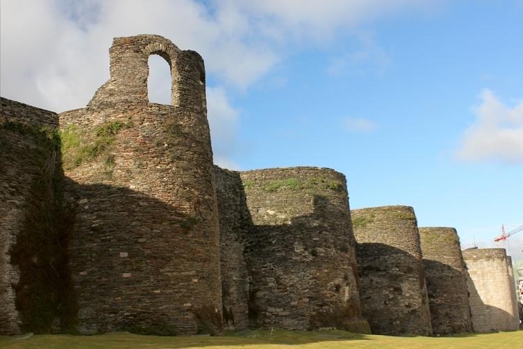 Muralha romana de Lugo - Espanha: São 2.120 m de muros, cercando uma área de 34,4 hectares. Os muros de pedra têm cerca de 4,2 m de espessura, com altura variando entre 8 e 12 metros