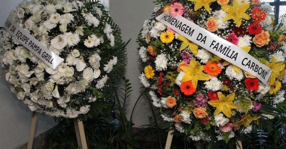 07.ago.2014 - Amigos enviam coroas de flores em homenagem ao promoter Glaycon Muniz.Querido por famosos, ele morreu na madrugada desta quarta-feira (6), aos 62 anos, no Rio de Janeiro de insuficiência cardíaca