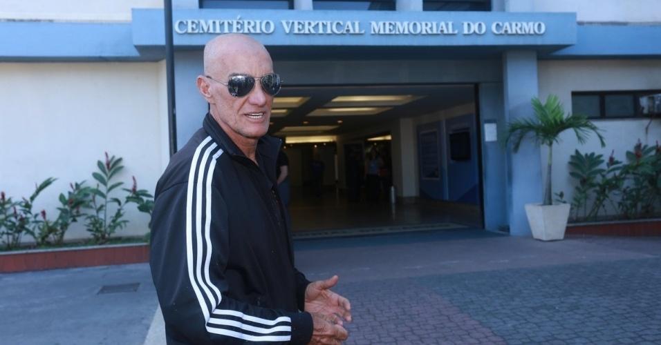 07.ago.2014 - Amin Khader se despede de Glaycon Muniz no Memorial do Carmo, no Rio de Janeiro. O promoter estava internado havia nove dias no Hospital RioMar, na Barra da Tijuca, Zona Oeste do Rio
