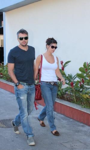 07.ago.2014 - Márcio Kieling chega com a mulher no velório do promoter Glaycon Muniz no Rio de Janeiro