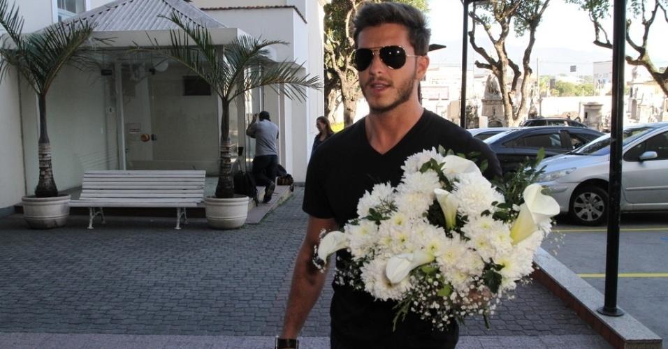 07.ago.2014 - O ator Klebber Toledo leva flores para o velório do promoter Glaycon Muniz