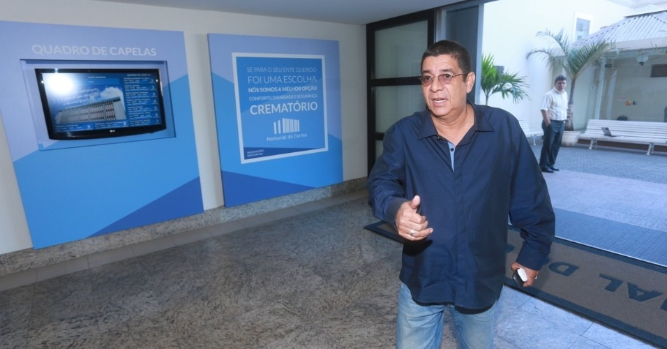 07.ago.2014- Zeca Pagodinho chega para o velório do promoter Glaycon Muniz no Memorial do Carmo, Rio de Janeiro. Querido por famosos, ele morreu na madrugada desta quarta-feira (6), aos 62 anos, no Rio de Janeiro de insuficiência cardíaca
