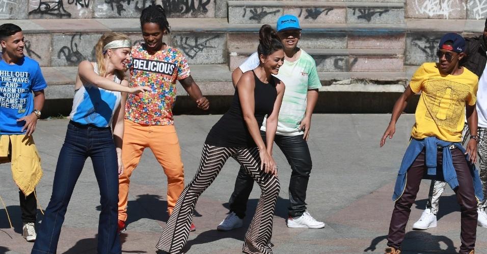 """7.ago.2014 - Angélica e Juliana Paes se jogaram no funk em gravação do """"Estrelas"""" que aconteceu nesta quinta no Rio. A apresentadora e a atriz contaram com a ajuda do grupo Dream Team do Passinho"""