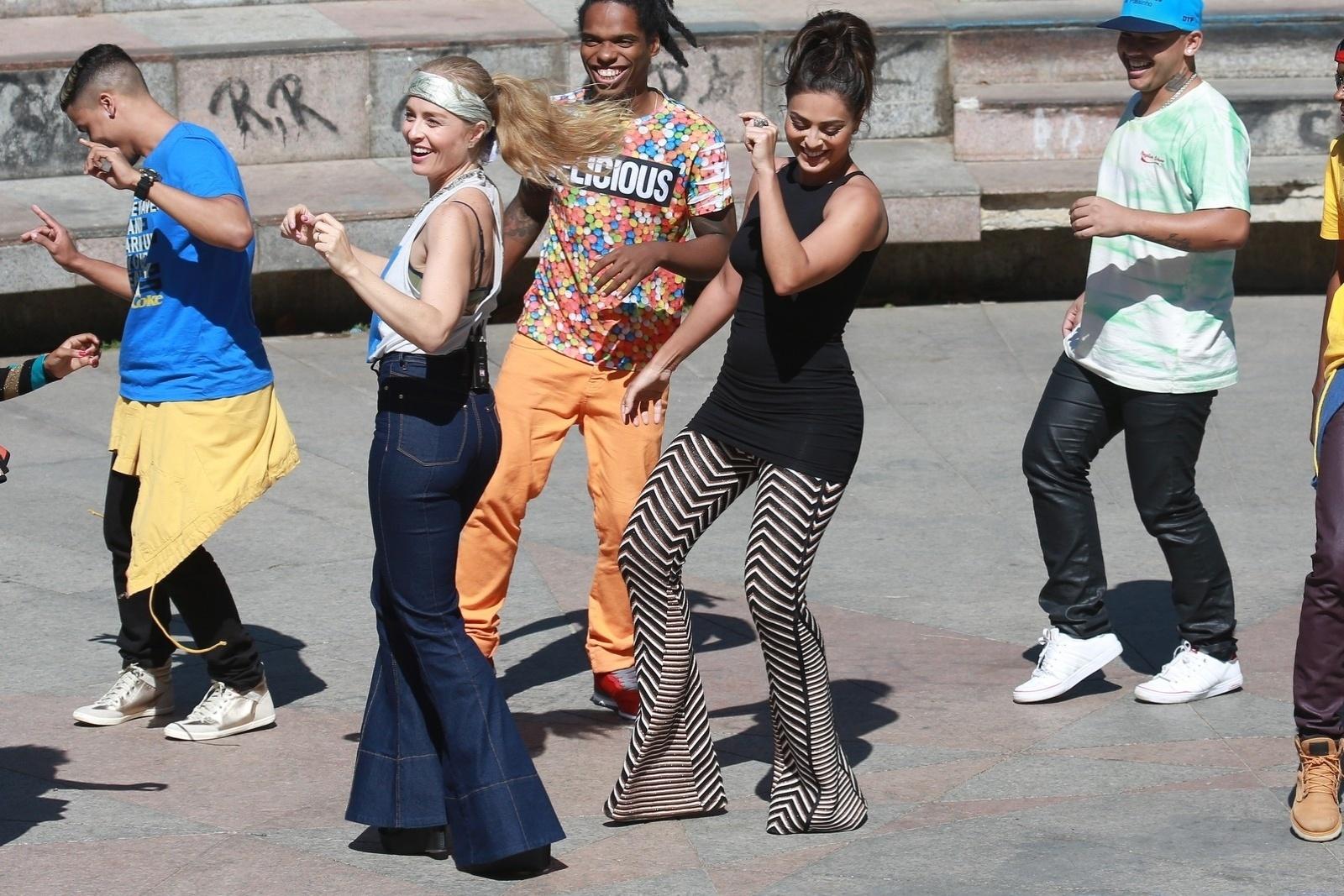 7.ago.2014 - Angélica e Juliana Paes se jogaram no funk em gravação do