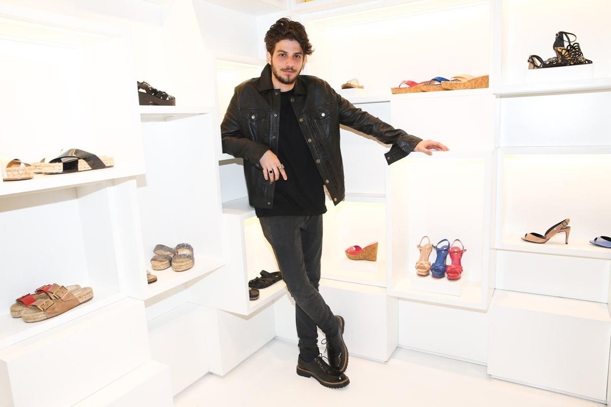 7.ago.2014 - Chay Suede foi a grande atração do coquetel de lançamento da nova coleção de calçados de uma grife feminina. O evento aconteceu em São Paulo e o ator fez um pocket show para os convidados
