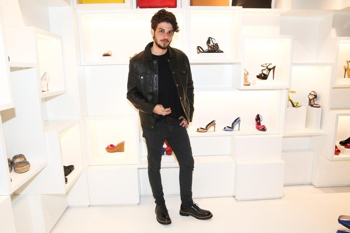 7.ago.2014 - Chay Suede é grande atração do coquetel de lançamento da nova coleção de calçados da Schutz, em São Paulo