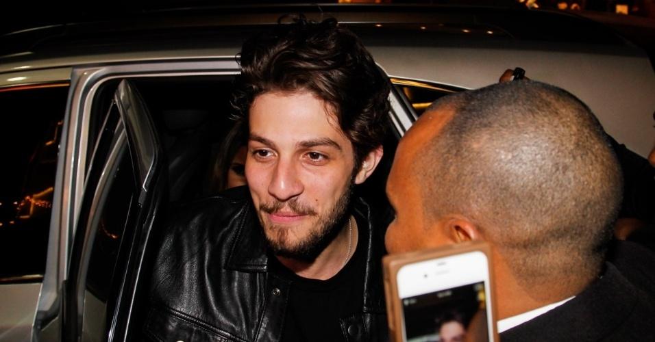 7.ago.2014 - Chay Suede é tietado ao chegar em uma loja de calçados em São Paulo. O ator foi a atração da noite onde fez pocket show