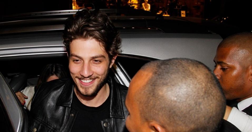 7.ago.2014 - Chay Suede é tietado ao chegar em uma loja de calçados em São Paulo. O ator é a atração da noite onde fez pocket show