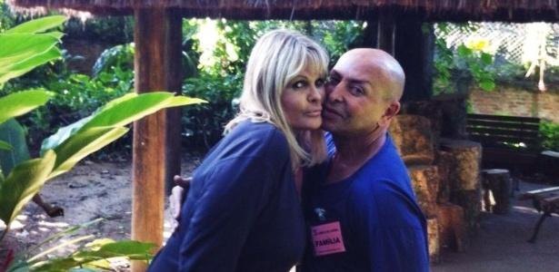 Monique Evans e o amigo Zé Reinaldo posam juntos na clínica