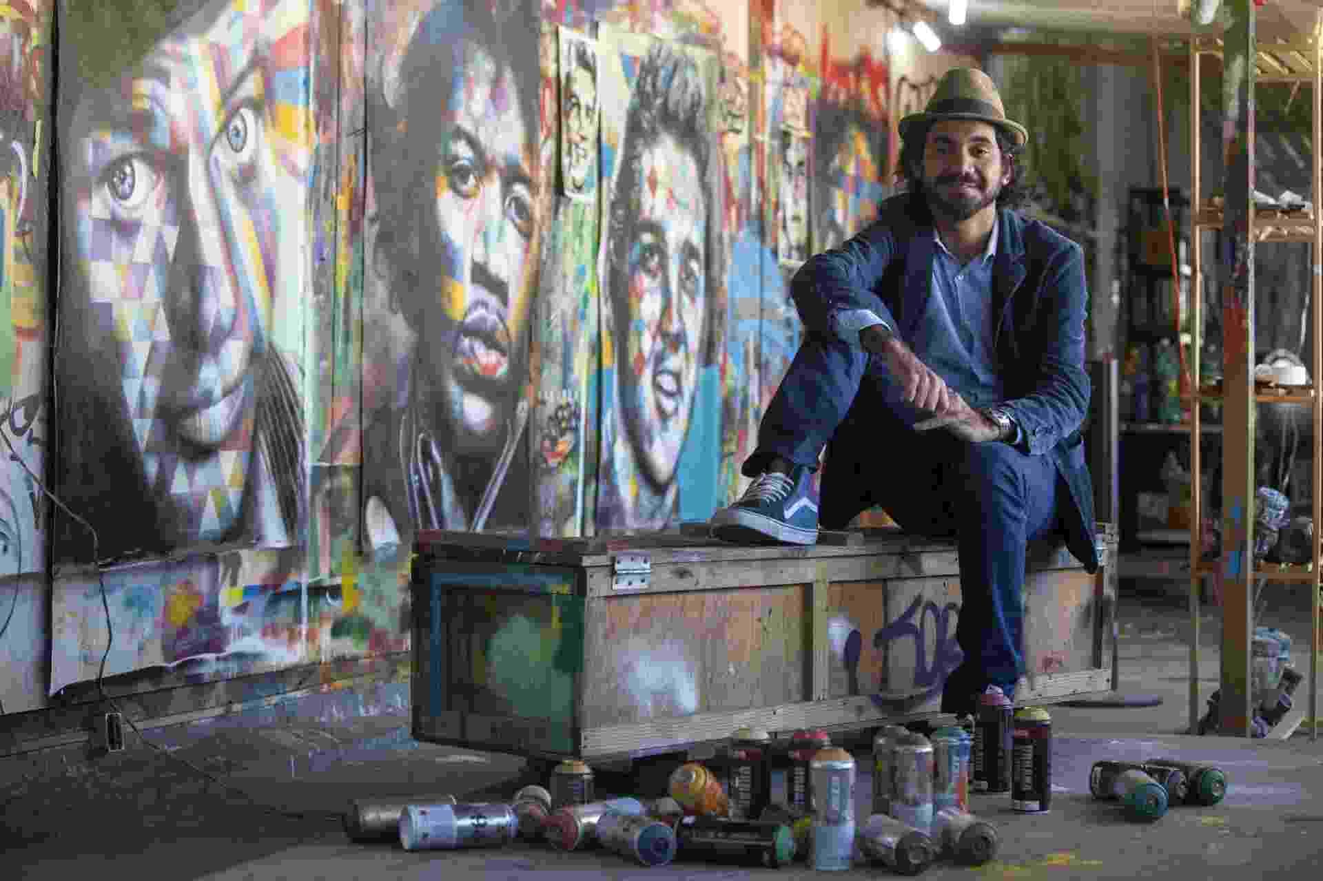 """7.ago.2014 - O muralista Eduardo Kobra, de 36 anos, diz que é um """"privilegiado"""" por quebrar o cinza dos muros com as cores vibrantes de suas obras e retratos.""""A verdade é que me sinto um privilegiado por pintar na rua. O maior museu é a rua, ao ar livre e que faz com a arte possa chegar a todas as pessoas, pobres ou ricos"""", revelou durante uma entrevista à Agência EFE. - EFE/SEBASTIÃO MOREIRA"""