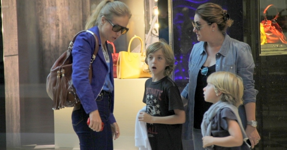 7.ago.2014- Angélica faz compras com os filhos Joaquim e Benício em shopping da Barra da Tijuca, zona oeste do Rio