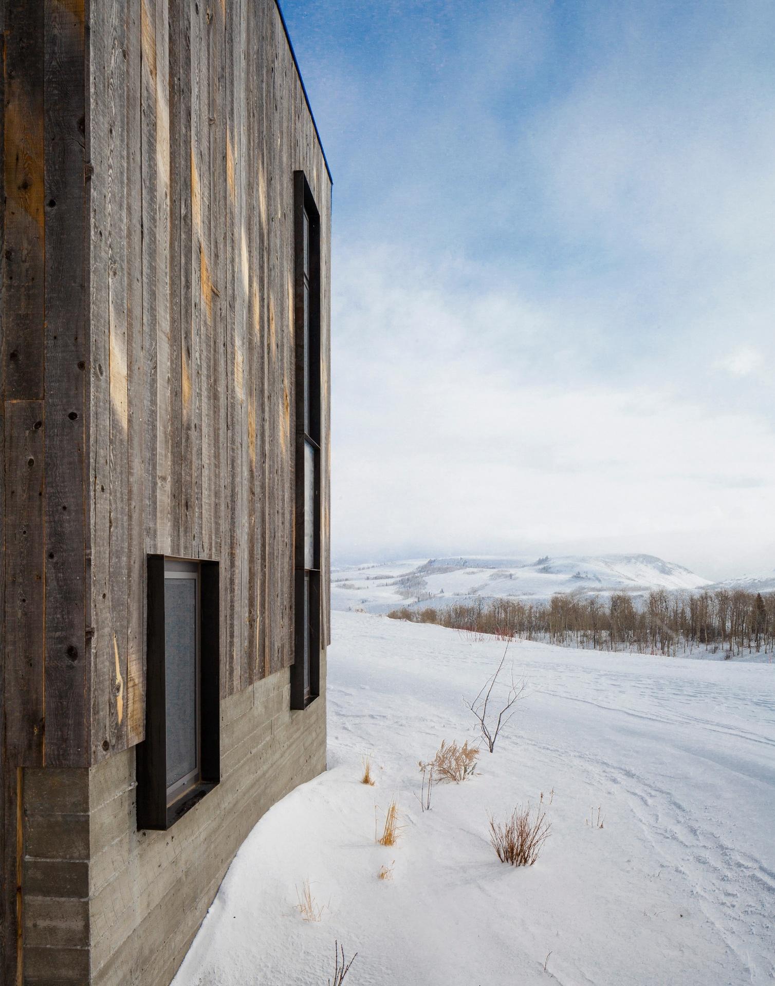 Detalhe de uma das laterais da casa em Wyoming, revestida por madeira (Imagem do NYT, usar apenas no respectivo material)