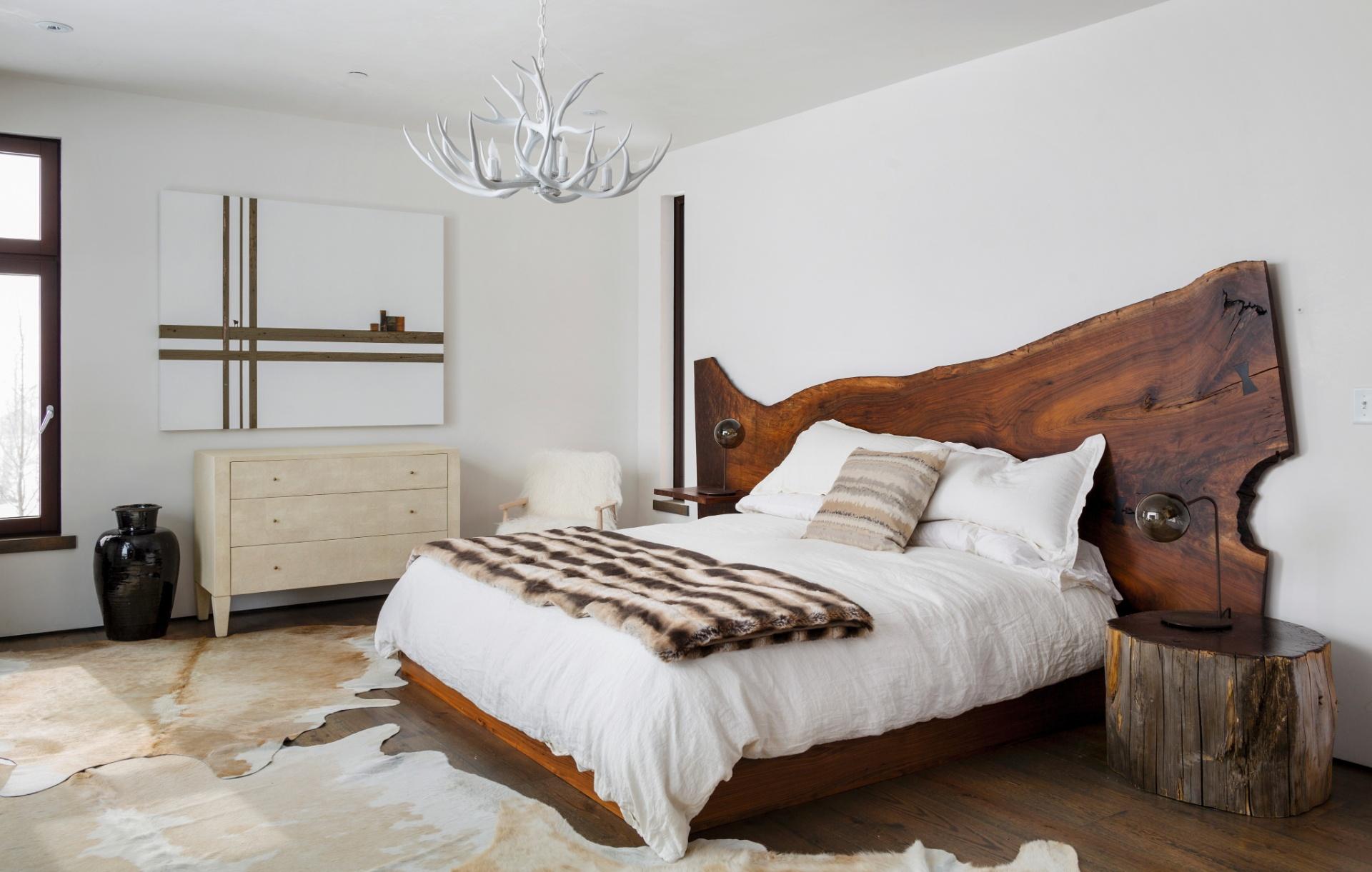 Na suíte máster, a cama de nogueira foi feita sob medida. Destaque ainda para o lustre assinado por Frank Long (Imagem do NYT, usar apenas no respectivo material)