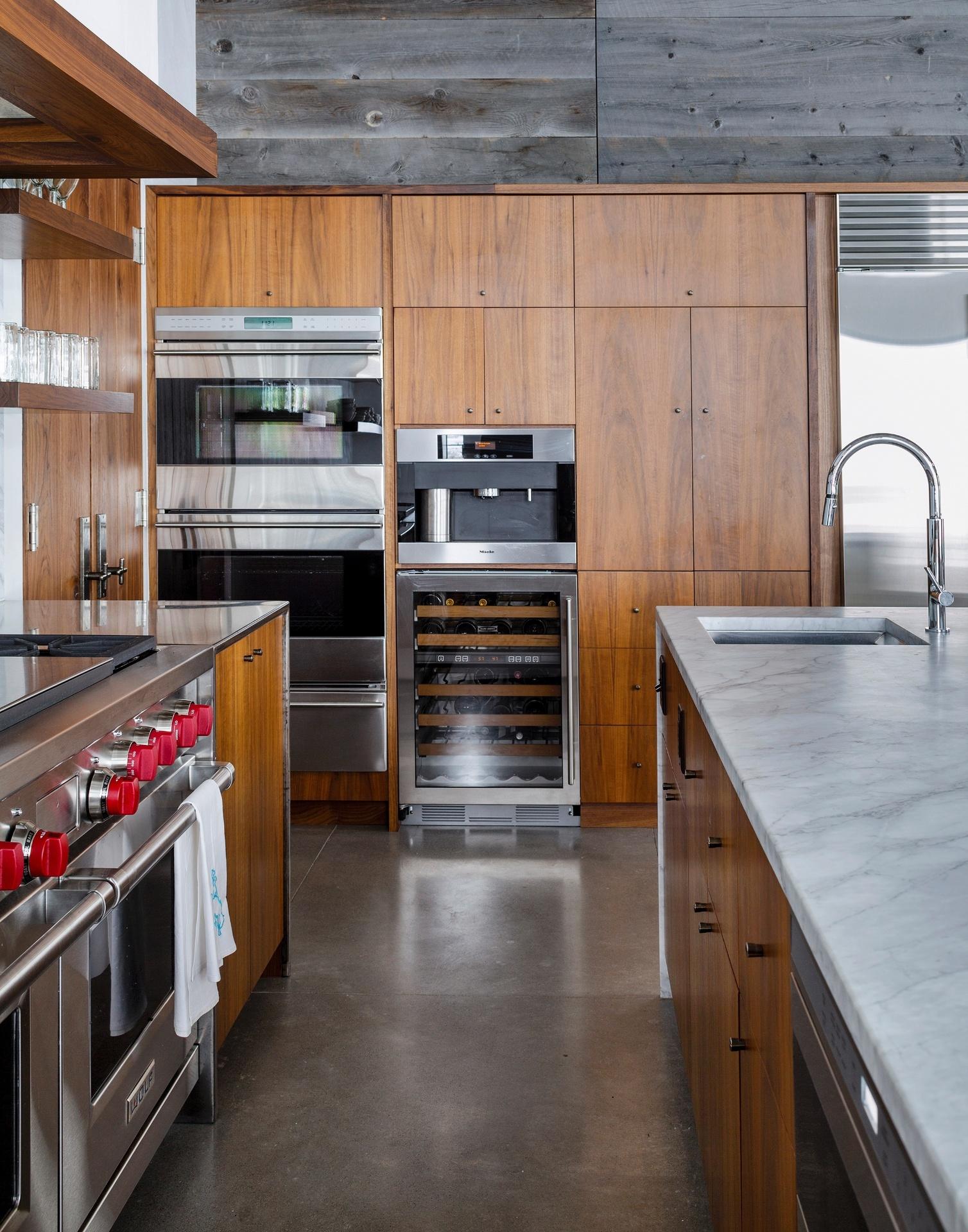 Na cozinha, o mobiliário planejado e feito sob medida é de nogueira (Imagem do NYT, usar apenas no respectivo material)