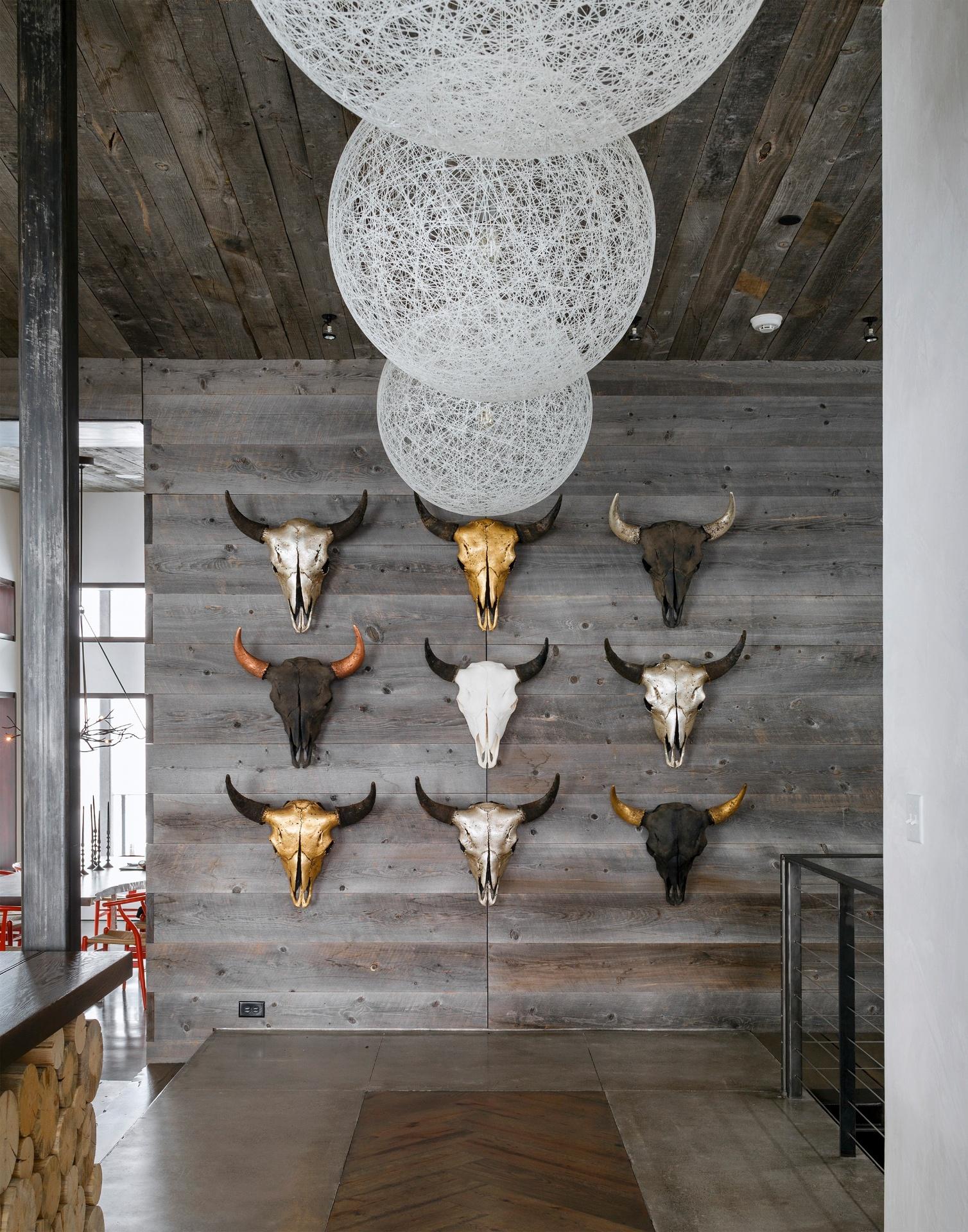 Junto à entrada, as cabeças de bisão do artista Owen Mortensen, de Utah, decoram uma das paredes. No piso, um recorte