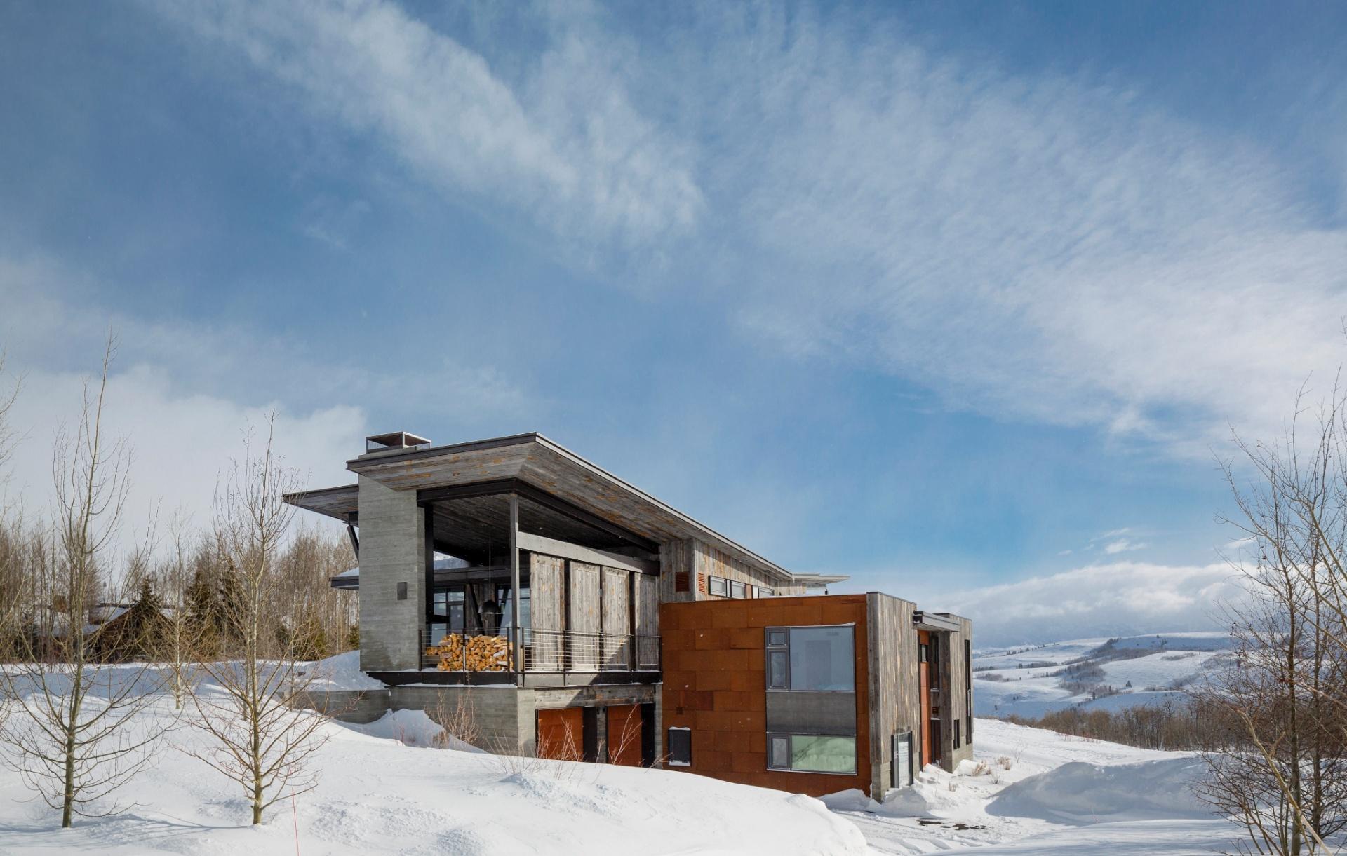 Construída em meio a um vale frio e montanhoso, a casa do casal de médicos, Clay Heighten e Debra Caudy, tem grandes aberturas e uma varanda aberta