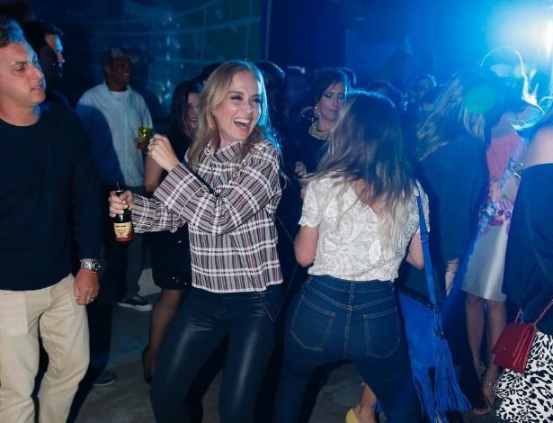 06.ago.2014-  Angélica cai no funk durante aniversário de Preta Gil no Baile da Favorita, na quadra da Rocinha, no Rio de Janeiro