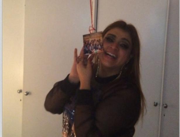06.ago.2014- Após chegar em casa, Preta Gil recebe surpresas do namorado, Rodrigo godoy, com direito a bolas, fotos penduradas, bolo e champanhe