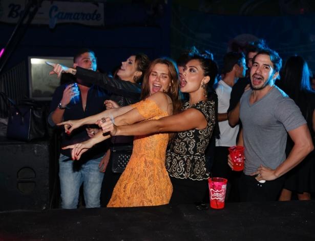 06.ago.2014-  Carolina Dieckmann e Juliana Paes se empolgam ao som de Mc Marcinho e Buchecha num baile funk para festejar o aniversário de Preta Gil no Rio