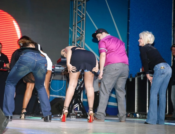 06.ago.2014- David Brazil, Anitta, Tiago Abravanel, Ana Maria Braga e Carol Sampaio dançam funk no palco. Para não mostrar a calcinha, Anitta usou um short azul por baixo do vestido preto
